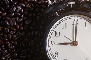 klok op koffiebonen foto