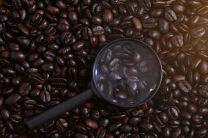 vergrootglas op koffiebonen