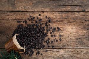 koffiebonen op het bureau, bovenaanzicht foto