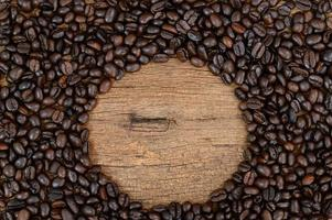 koffiebonen op het bureau foto