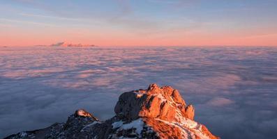 zonsondergang over de wolken foto