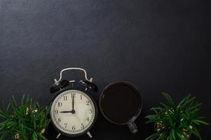 mok koffie en een klok op het bureau