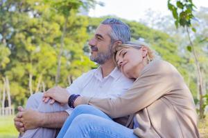 bejaarde echtpaar in het park