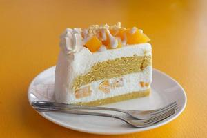 mango cheesecake op gele tafel achtergrond foto