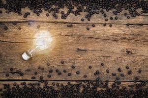 gloeilamp en koffiebonen op het bureau foto