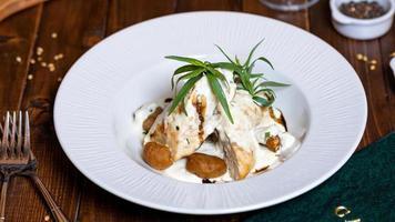 aardappel en kip met witte saus