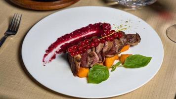 gekookte biefstuk met rode bosbessen