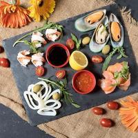 bord met verse vis en zeevruchten foto