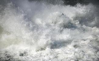 er komt sterk stromend water vrij foto