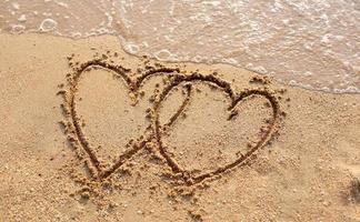 stranden golven en hartvorm getekend.