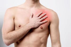 man met pijn op de borst, hartaanval. foto