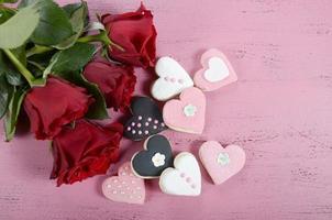 romantische roze, witte en zwarte koekjes van de hartvorm foto