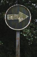 vuile pijl, verkeersbord foto