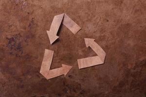 oude parer achtergrond met recycle teken