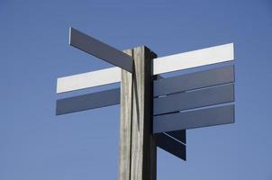 verkeersbord met meerdere richtingen foto