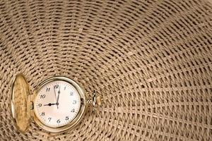 antiek zakhorloge op geweven stro. detailopname. foto
