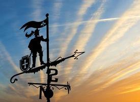 windwijzer op achtergrond van cloudscape foto