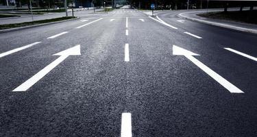 centrale stadsstraat leeg van auto's