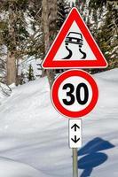 europen waarschuwingsborden op een winterse weg foto