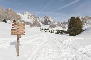 wandelpad in het winterscenario van puez-odle park foto
