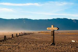 teken richting bromo-berg, java, indonesië foto