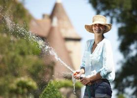 vrouw drenken de tuin