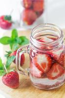 met aardbeien doordrenkt water