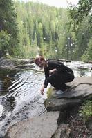 jonge vrouw opspattend water foto