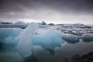 blauwe ijsbergen in water foto