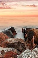 rots, water en zonsondergang foto
