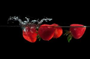 aardbeien spatten in water