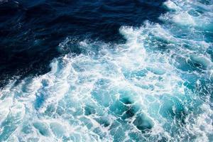 schip trace op het water foto