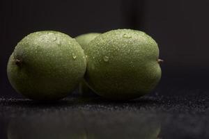 groene noten met waterdruppels