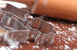 koekjesvormpjes en deegroller op deeg voor koekjes foto