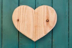 hou van valentines houten hart op turquoise geschilderde achtergrond foto