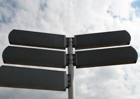 lege lege directionele verkeersbord tegen cloudscape foto