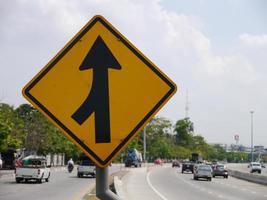 gebogen verkeersbord op de weg op het platteland