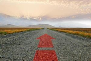 de weg en de rode pijl foto