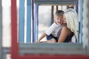 moeder en zoon spelen op veranda foto