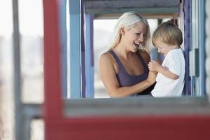 moeder en zoon op veranda foto