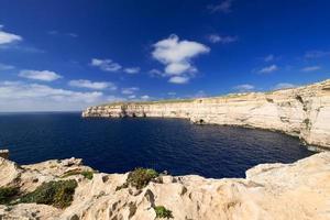 kustlijn dichtbij azuurblauw venster op horizontaal eiland Gozo
