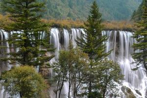 nuorilang waterval bij jiuzhaigou national park sichuan, china foto