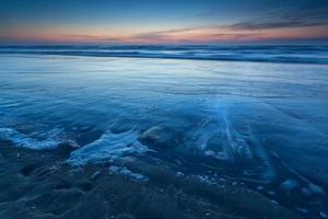 strand aan de noordzee in de schemering foto