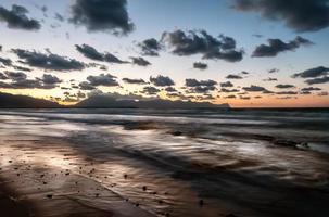 het Siciliaanse strand bij zonsondergang