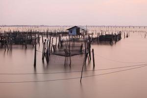 houten pier op een blauw meer zonsondergang en bewolkte sk