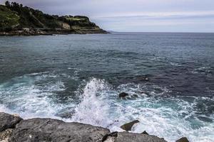 golven in de zee in san sebastián foto