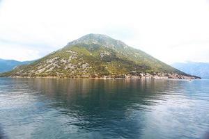 eiland in de zee, de bergen