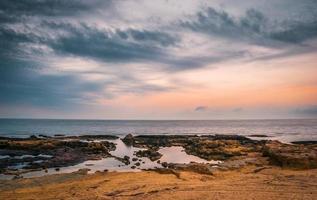 rotsachtig strand in de ochtend foto