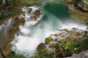 bovenaanzicht naar watervalcascade