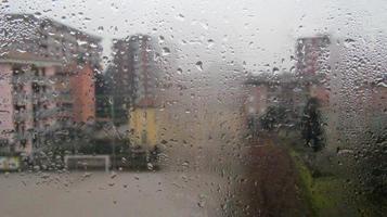 waterdamp op glazen raam in de stad